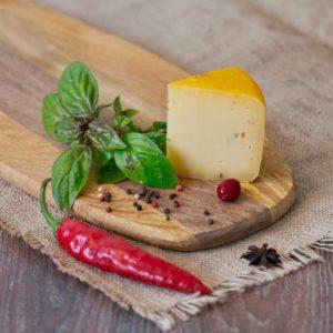 Пеперончино, сыр с сушёным сладким перцем, сыроварня Listgarten [46-06)